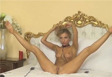 Slender blonde having a nice show on cam